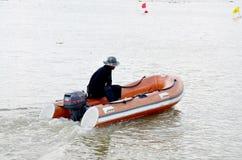 Guardia giurata che guida barca gonfiabile Fotografia Stock