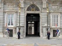Guardia Nacional delante de Royal Palace en el centro histórico de Madrid fotografía de archivo