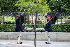 Guardia presidencial griego, Evzones, desfilando delante del palacio presidencial griego Imágenes de archivo libres de regalías