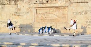 Guardia presidenziale Changing fuori della costruzione del Parlamento a Atene, Grecia Immagini Stock Libere da Diritti