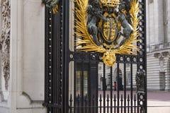 Guardia que se coloca delante del Buckingham Palace Londres Fotos de archivo