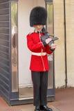 Guardia real británico con un arma Fotos de archivo libres de regalías