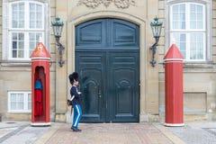 Guardia real en el castillo de Amalienborg en Copenhague, Dinamarca imagen de archivo libre de regalías