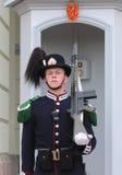 Guardia real que guarda Royal Palace en Oslo, Noruega Foto de archivo