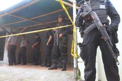 Guardia stan de la policía armada detrás de la línea de policía Foto de archivo