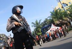 Guardia stan de la policía armada en reconstructio del terrorista Imagenes de archivo
