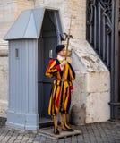 Guardia svizzera alla st Peters Basilica fotografia stock libera da diritti