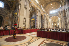 Guardia svizzera ed interno di Basilica di San Pietro Immagine Stock Libera da Diritti