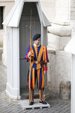 Guardia svizzera in servizio a St Peter il 24 maggio 2011 nel museo del Vaticano, Roma, Italia Fotografia Stock Libera da Diritti