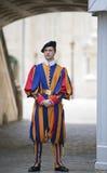 Guardia svizzera in servizio a St Peter il 24 maggio 2011 nel museo del Vaticano, Roma, Italia Fotografia Stock