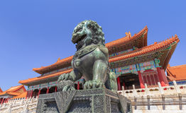 Guardian Lion in front of pavilion at Palace Museum, Beijing, China Stock Photo