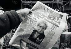 The Guardian sobre Brexit e Theresa May imagem de stock