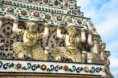 Guardiani giganti bianchi che sostengono una pagoda in Wat Arun Fotografia Stock
