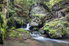 Guardiano di pietra delle cascate - masso bizzarro sulla banca fotografia stock