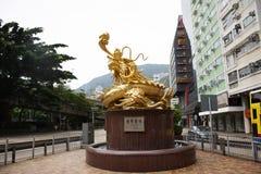Guardiano dorato del drago della scultura alla rotonda alla strada della collina di Morrison in Hong Kong, Cina fotografie stock libere da diritti