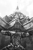 Guardiano gigante ad Emerald Buddha Temple, in bianco e nero Fotografie Stock