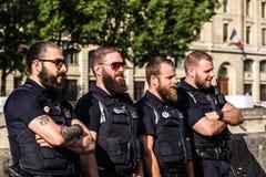 Guardias armados de la policía ferroviaria del ` s de la SNCF París, Francia Imágenes de archivo libres de regalías
