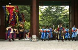 Guardias armados en traje tradicional Imágenes de archivo libres de regalías