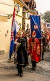 Guardias de honor que marchan con los uniformes tradicionales fotos de archivo