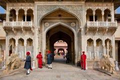 Guardias de la puerta de la entrada del palacio de la ciudad fotos de archivo