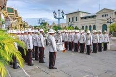 Guardias de palacio en desfile - Wat Phra Kaew y el palacio magnífico en Bangkok central Tailandia Imagen de archivo