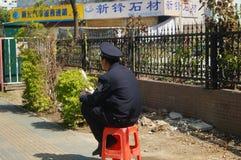 Guardias de seguridad que se sientan en el borde de la carretera Fotos de archivo