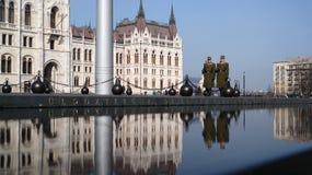 Guardias en el parlamento del ` s de Budapest Foto de archivo