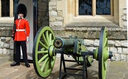 Guardias en la torre de Londres Fotografía de archivo libre de regalías