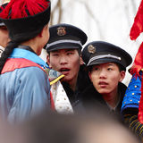 Guardias modernos que hablan con los guardias antiguos Foto de archivo libre de regalías