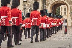Guardias que marchan en desfile en el castillo del windsor Foto de archivo libre de regalías