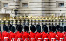 Guardias reales en el Buckingham Palace Foto de archivo