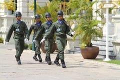 Guardias reales tailandeses que marchan en el palacio magnífico real, Bangkok Fotografía de archivo libre de regalías