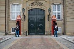Guardie a Amalienborg - castello reale a Copenhaghen denmark fotografia stock libera da diritti