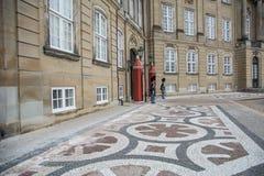 Guardie a Amalienborg La casa reale a Copenhaghen denmark immagini stock