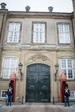 Guardie a Amalienborg La casa reale a Copenhaghen denmark fotografia stock libera da diritti