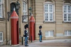 Guardie davanti al castello di Amalienborg denmark fotografia stock
