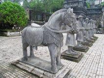Guardie dell'asiatico e statue di pietra grige del cavallo a Khai Dinh Tomb fotografia stock libera da diritti