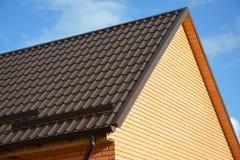 Guardie della neve del tetto: Materiali da costruzione & rifornimenti Le guardie della neve del tetto del metallo impediscono la  immagini stock libere da diritti