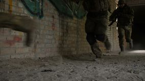 Guardie forestali dell'esercito nell'azione nell'area del campo di battaglia archivi video