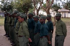 Guardie forestali durante il trapano nel parco nazionale di Gorongosa Fotografie Stock