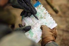 Guardie forestali sull'all'aperto di esame della mappa Immagine Stock