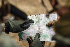 Guardie forestali sull'all'aperto di esame della mappa Fotografie Stock