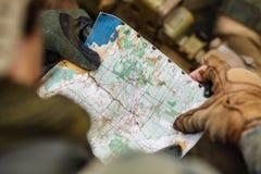 Guardie forestali sull'all'aperto di esame della mappa Fotografia Stock