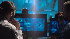 Guardie giurate che guardano le videosorveglianze archivi video