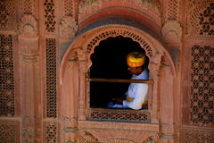 guardkunglig person Mehrangarh fort Jodhpur Rajasthan india Royaltyfri Bild