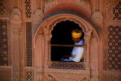 guardkunglig person Mehrangarh fort Jodhpur Rajasthan india Royaltyfri Bild