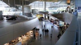 Guardolo del Bmw Monaco di Baviera Germania Vista generale dell'infrastruttura dentro la mostra dell'automobile stock footage