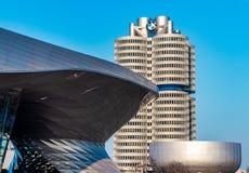 Guardolo di BMW a Monaco di Baviera all'ora dorata con un bello cielo fotografie stock libere da diritti