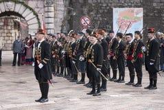 Guardsmans in der nationalen Form. Kotor. Stockfotografie