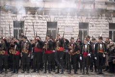 Guardsmans in der nationalen Form. Kotor. Stockfoto